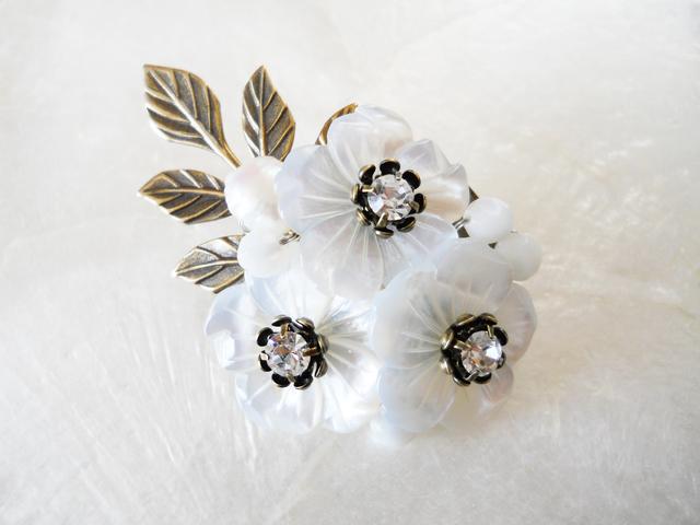 【ぶらん】マザーオブパールの3つのお花ブローチ