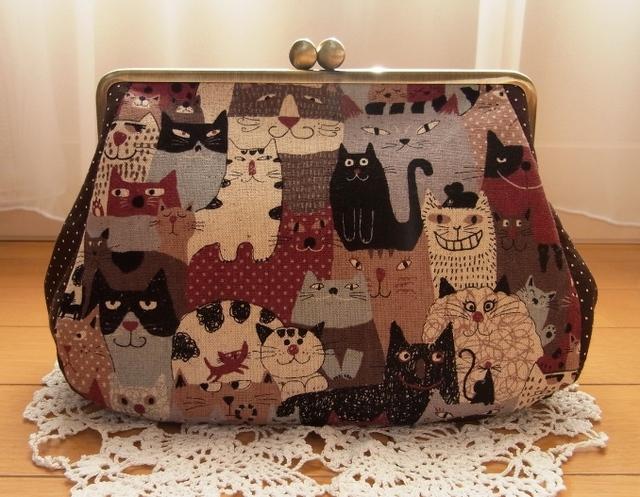 猫の集会*18cm角型マチ別布がま口ポーチ(ブラウン)
