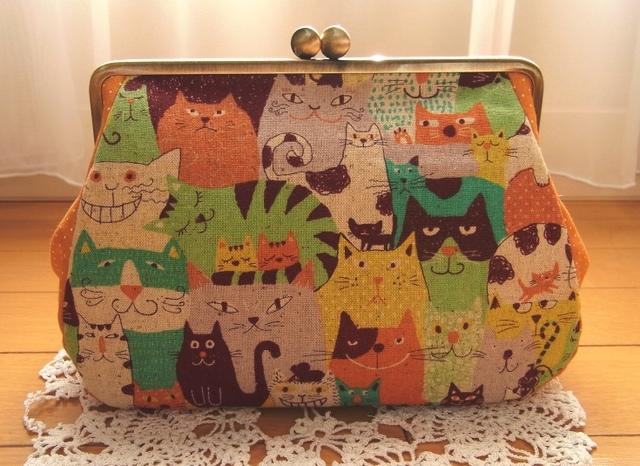 猫の集会*18cm角型マチ別布がま口ポーチ(カラフルオレンジ)