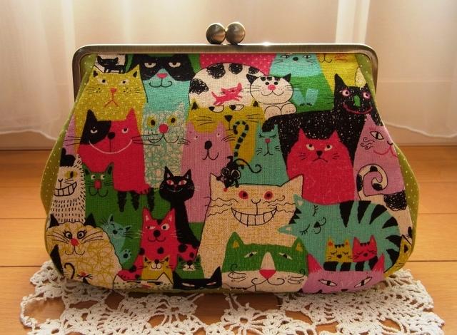 猫の集会*18cm角型マチ別布がま口ポーチ(カラフルレッド)