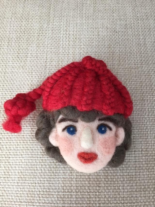 大人ブローチ83(赤帽子)