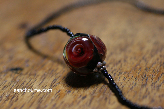 glass beads (とんぼ玉)黒地に赤い薔薇