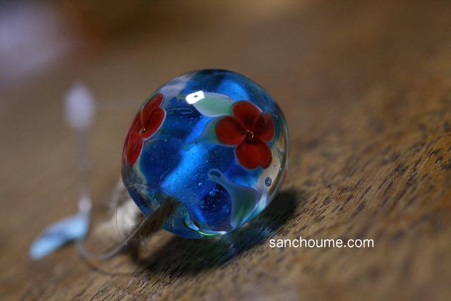 glass beads (とんぼ玉)青/赤い花