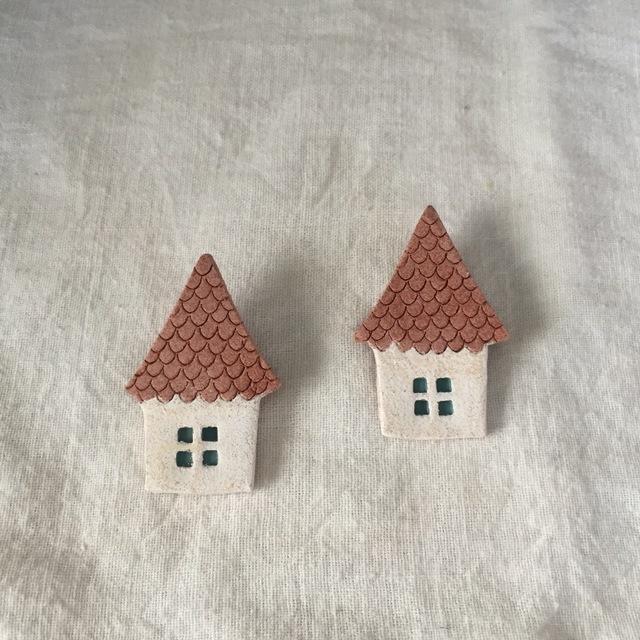 【陶土】湖畔のとんがり屋根のおうちブローチ