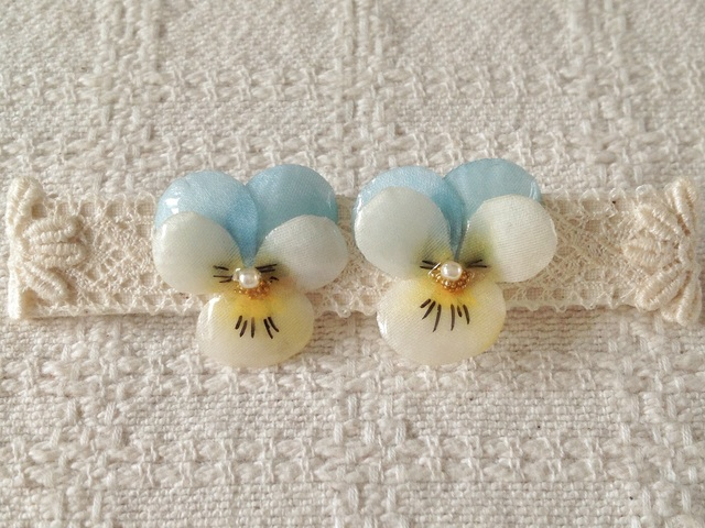 染め花を樹脂加工したビオラピアス( S・水色&オフホワイト)