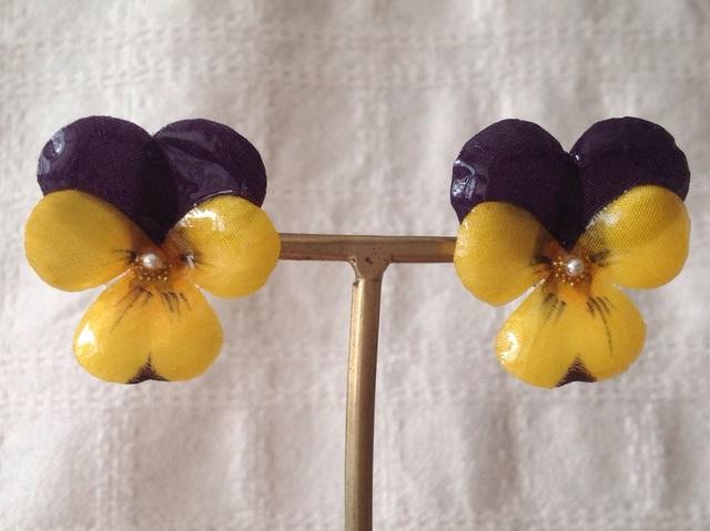 染め花を樹脂加工したビオラピアス( M・紫黄色)