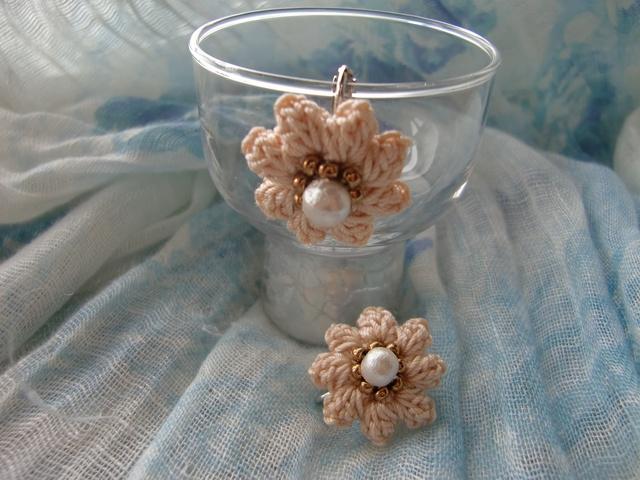 花のイヤリング(コットンパール)