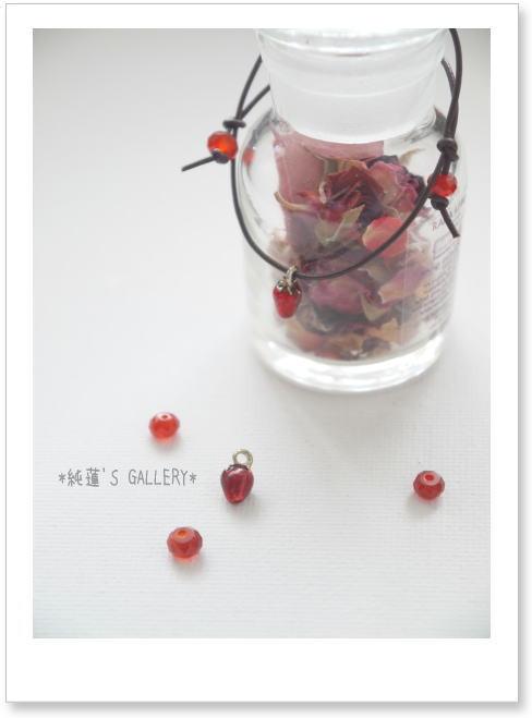 苺のチャームと赤メノウの革ひもブレスレット