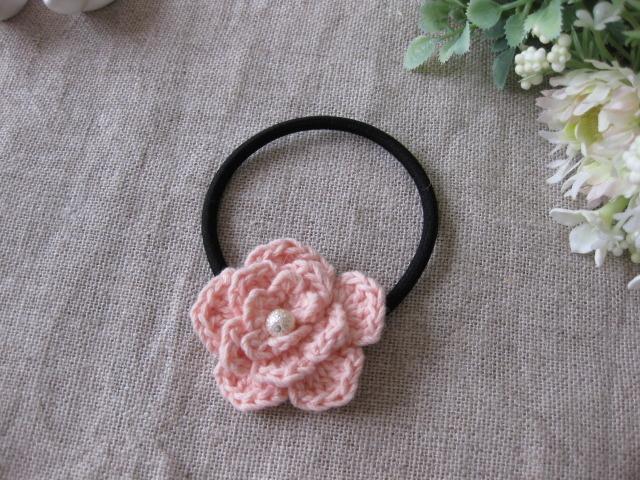 コットンで編んだピンクオレンジシャーベットのお花のヘアーゴム