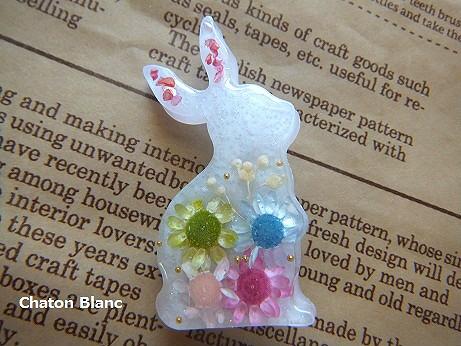 お花入りウサギのブローチ