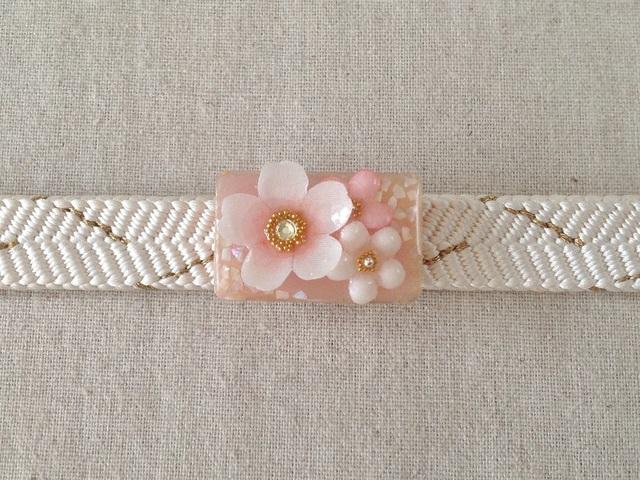染め花を樹脂加工した桜と小花の帯留め(長方形・白とピンク)