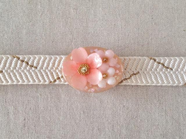 染め花を樹脂加工した桜と小花の帯留め(楕円・ピンク)