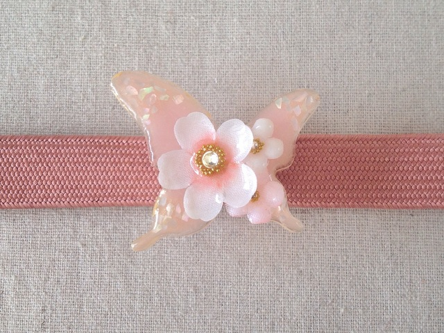 染め花を樹脂加工した桜と小花の帯留め(蝶・白とピンク)