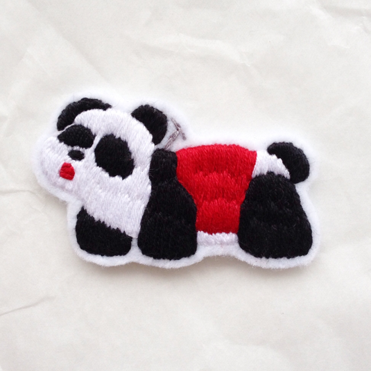 パンダの乗り物のブローチ