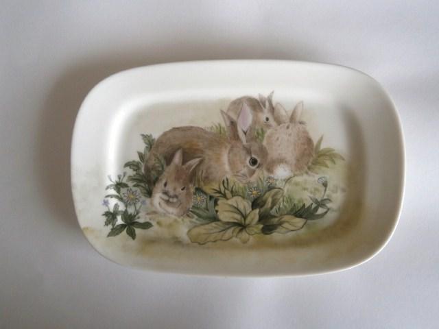 ウサギのファミリーの絵皿2