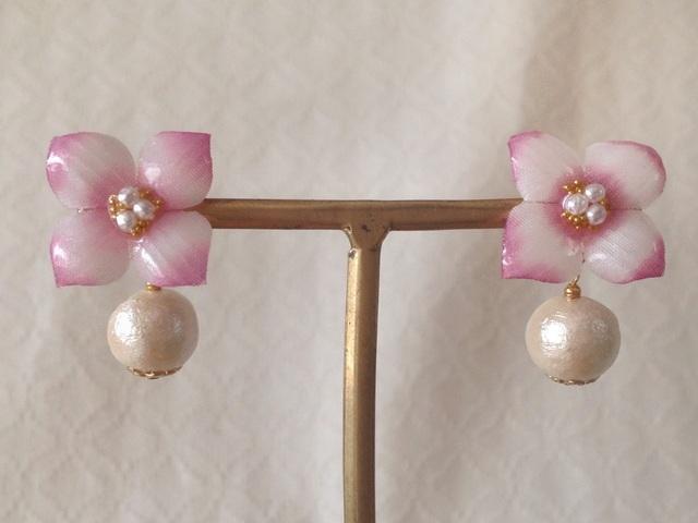 コットンパール付き染め花を樹脂加工した紫陽花ピアス( S・ピンク&白)