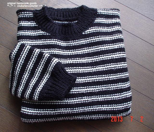 シンプルな黒×生成りのストライプセーター
