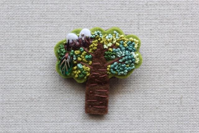 木のブローチ 卵のある木