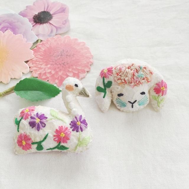 mimimi様オーダー * スワンのブローチお花刺繍