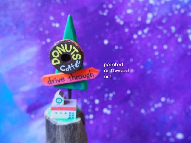 painted driftwood art ドライブスルーの宇宙ドーナツ屋さんがある小さな