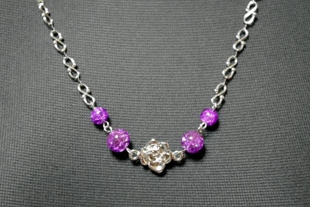 ひびガラスと薔薇モチーフのネックレス 紫