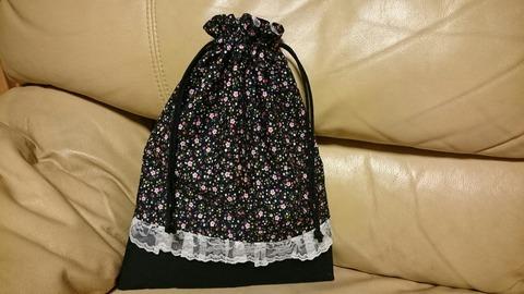 黒地にピンク小花のM巾着