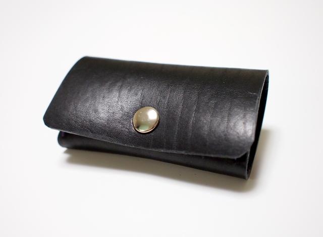 スマートキー対応! 手縫い 革キーケース 黒トラ革紫糸