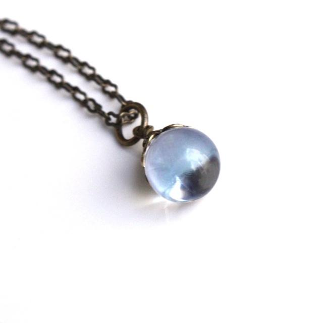淡い空色があらわれるヴィンテージガラス玉のネックレス