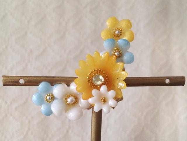 染め花を樹脂加工した小花の三日月型片耳イヤーカフ(オレンジ&水色)