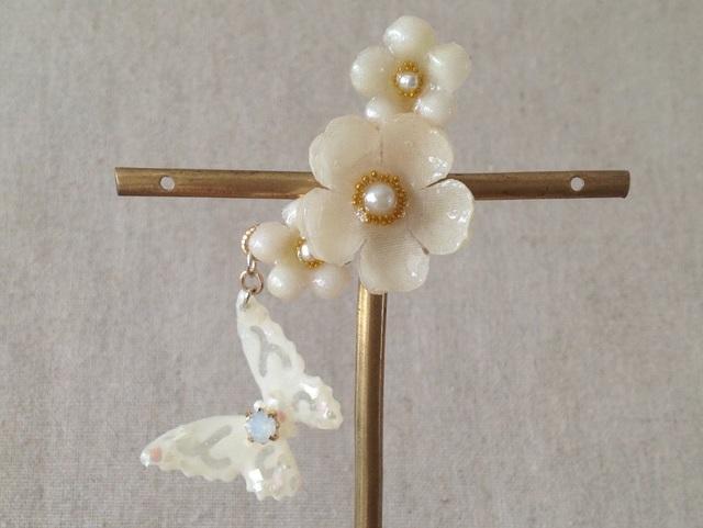 蝶と染め花を樹脂加工した小花の三日月型片耳イヤーカフ(プリムラ・オフホワイト)