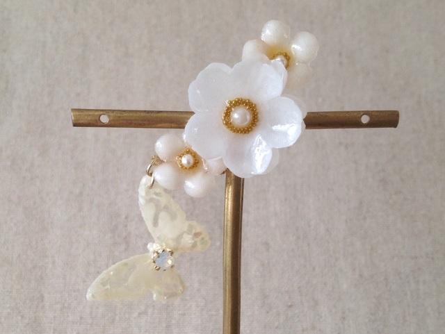 蝶と染め花を樹脂加工した小花の三日月型片耳イヤーカフ(プリムラ・ホワイト)