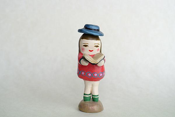 耽読する帽子人形