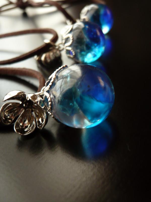 琉球ガラスとレジンのまんまるネックレス【青銀】