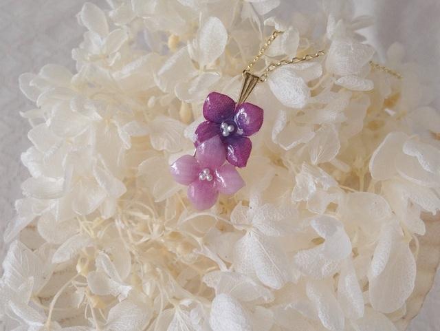 染め花を樹脂加工した紫陽花のペンダント(2輪・ピンクパープル系)
