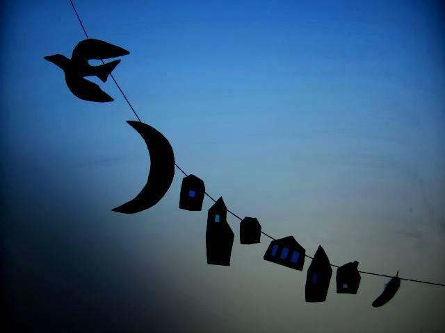 青い月夜の町のガーランド