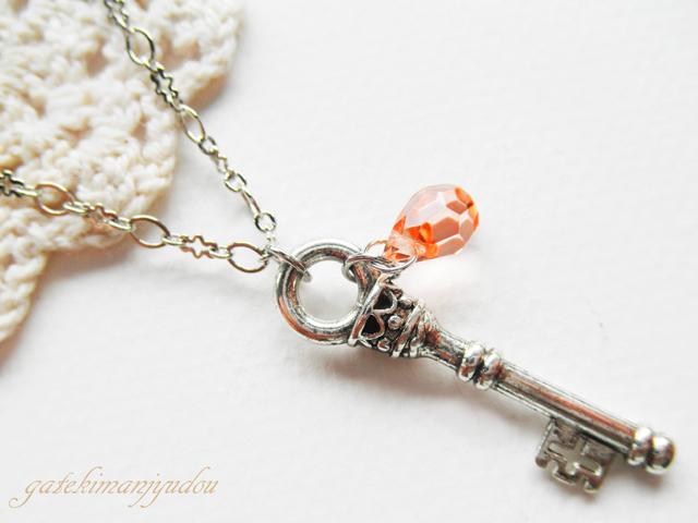 銀色の鍵のネックレス