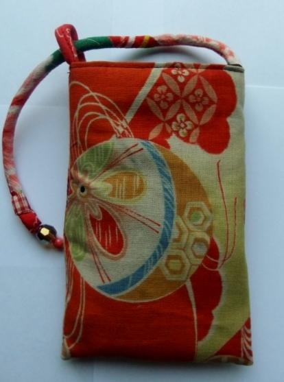 花柄の着物と羽織の裏地で作ったスマートフォン入れ 047
