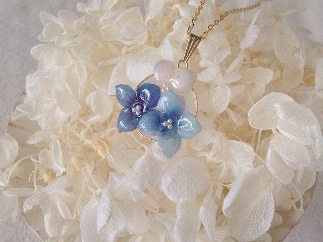 染め花を樹脂加工した紫陽花のペンダント(3輪・青系)