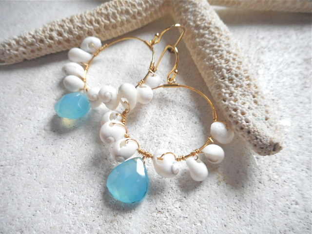 Tiny little shell with Sea Blue Chalcedony hoop earrings  シーブルーカルセドニーと小さなシェルのフープ