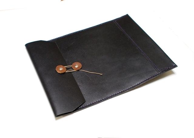 トスカーナ床革のマニラ封筒 A4ファイル対応 黒革紫糸