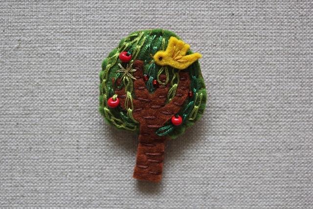 木のブローチ りんごの木に鳥