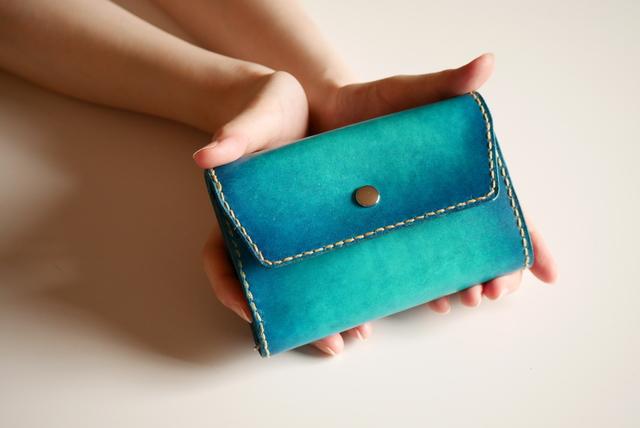 competitive price 2d1d1 1db55 【手縫い】シンプル三つ折り財布 ヌメ革 青 ブルー 【海の色】