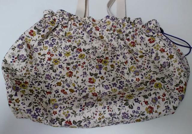 小花柄のギャザーバッグ