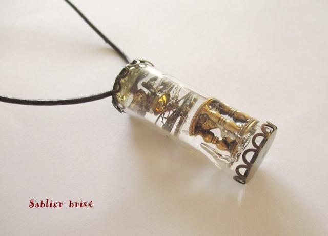 ガラス瓶樹脂ペンダント「壊れた砂時計」