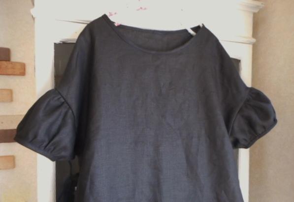 リネン・ブラック色の肩落ちパフ袖ワンピース