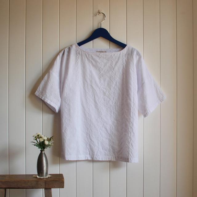 ボートネックブラウス 刺繍・白