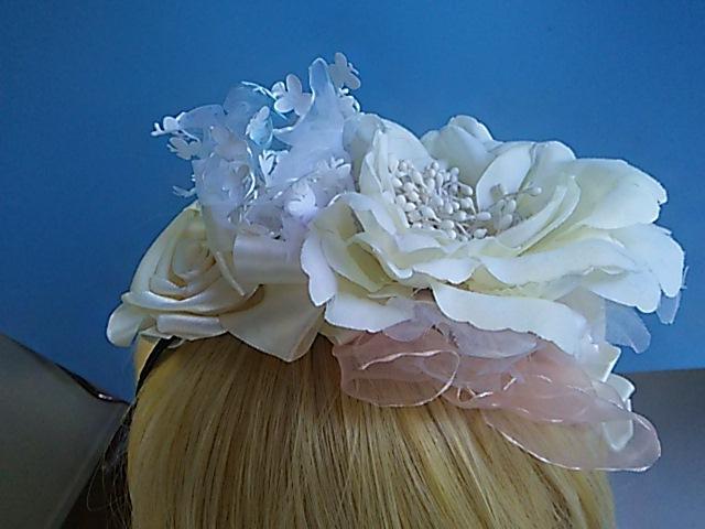 送料無料  オフホワイトのお花とリボンとフリルのパステルカチューシャ