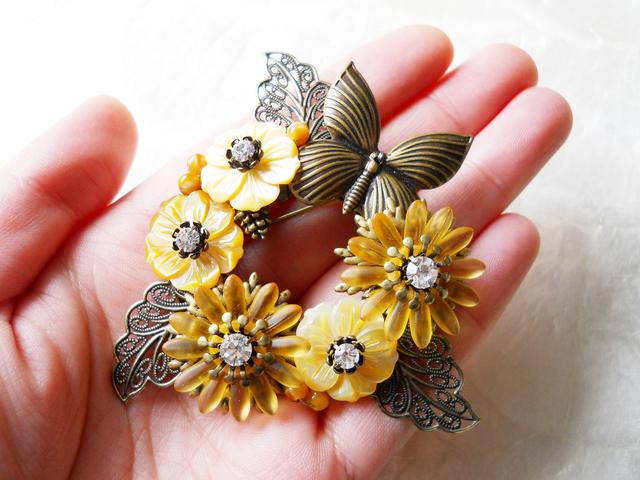 【ぶらん】マーガレットとイエローシェルのお花ブローチ