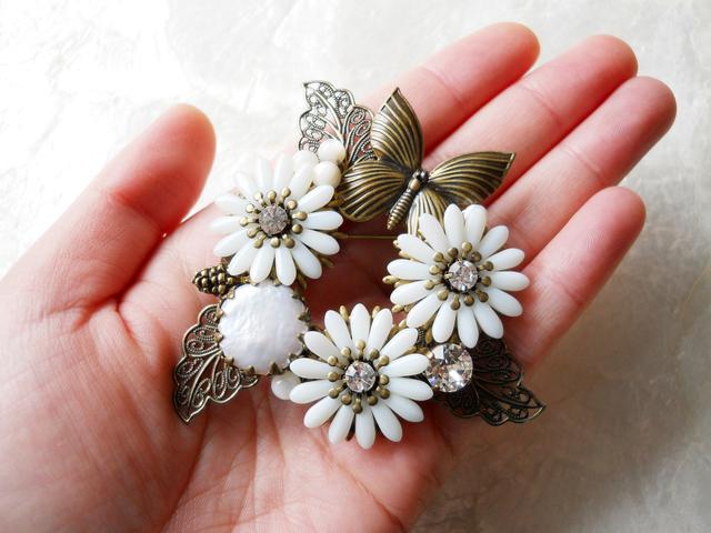 【ぶらん】マーガレットと淡水パールのお花ブローチ