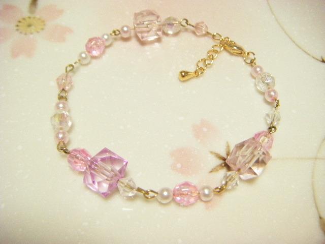 キューブビーズのピンク色キラキラブレスレッド。